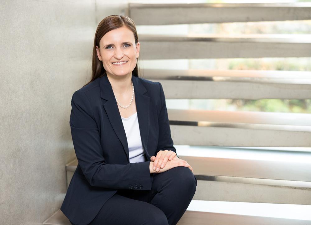 Jana Schönfeld, Geschäftsführerin Hettich-Holding, freut sich über das gemeinsam Erreichte im abgelaufenen Geschäftsjahr. Abbildung: Hettich