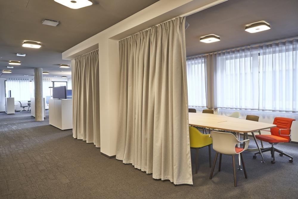 Die Akustikstoffe von Création Baumann sorgen für guten Raumklang in offenen Bürozonen. Abbildung: Nobert Miguletz, FFM