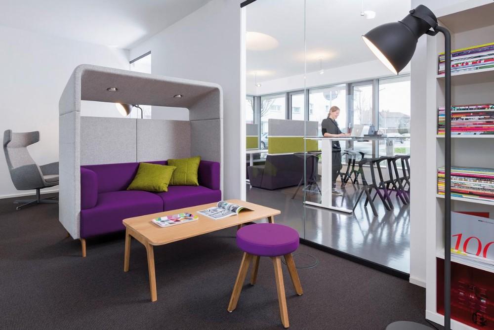 Mit Sitzecken und flexiblen Sitzelementen können Orte für den kreativen Austausch im Büro geschaffen werden. Abbildung: Wini Büromöbel