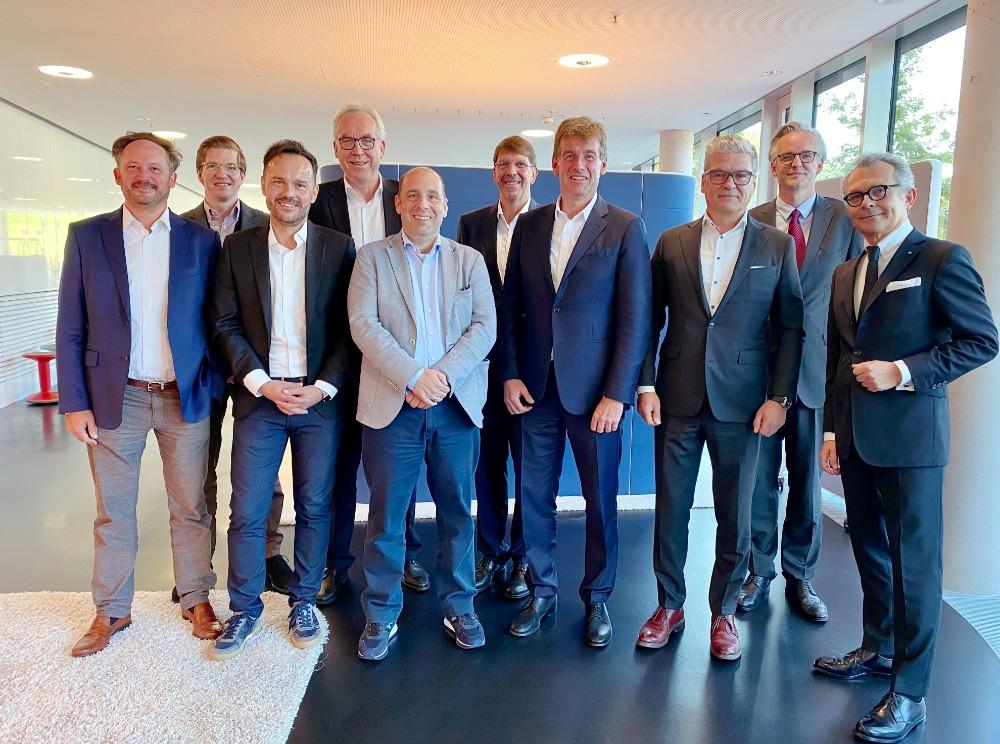 Der neu gewählte Vorstand des IBA (v.l.n.r.): Dr. Jochen Ihring (Dauphin), Philipp Müller (VS), Thomas Schmeer (Viasit), Hartmut Hagemann (König + Neurath), Daniel Kittner (Sedus), Hendrik Hund (Hund Möbelwerke), Helmut Link (Interstuhl), Maik Hänel (Haworth), Anton Flechtner (Vario) sowie IBA-Geschäftsführer Thomas Jünger. Nicht im Bild sind die IBA-Vorstände Dirk Aßmann (Assmann) und Dr. Roman Ehrhardt (Vitra). Abbildung: IBA